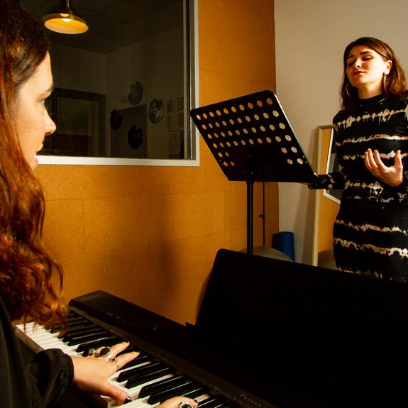 https://vocalcoachbarcelona.com/wp-content/uploads/2020/09/Piano-01.jpg
